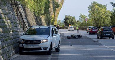 Vettura tenta conversione sulla strada Costiera e centra in pieno un motociclista. Foto