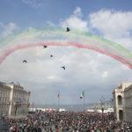 Barcolana 49: le Frecce salutano e stendono la scia tricolore più lunga di sempre. Foto