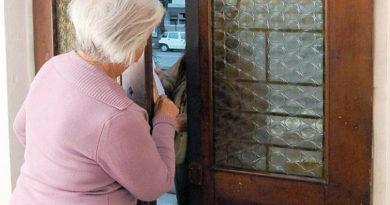 Truffata un'anziana donna: i ladri le rubano da casa preziosi e denaro per 100mila euro