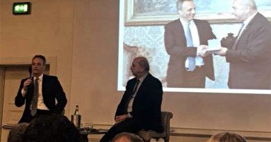 Il senatore triestino PD Francesco Russo saluta e se ne va. Il sindaco Dipiazza rende omaggio