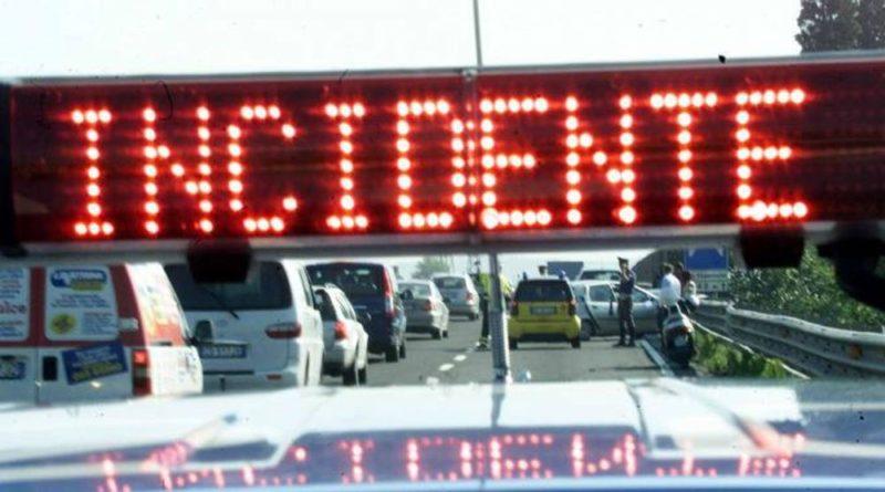 Ancora incidenti in A4: autovettura sotto a un camion, un ferito grave