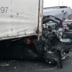 Un morto e tre feriti in A23 per uno scontro fra tre auto e due mezzi pesanti