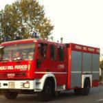 Incendio devasta un deposito di sedie con la copertura in Eternit: pericolo amianto