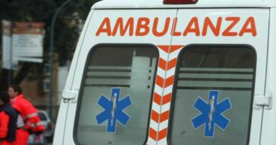 Violento scontro fra due auto ed una moto, muore il motociclista