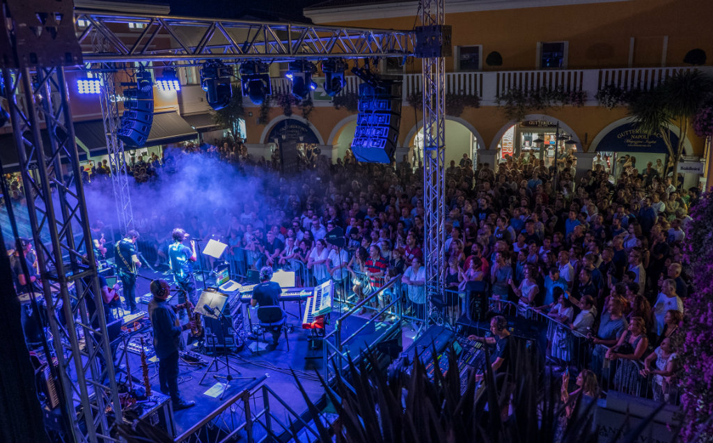 "Village Night"" al Palmanova Outlet Village con il concerto di ..."