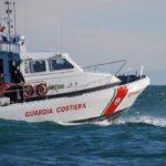 Due coniugi cadono dalla barca e finiscono in mare, muore il marito