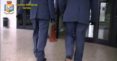Si allontanavano dall'ufficio con le auto dell'azienda per affari privati: sospesi dal servizio