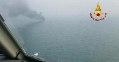 Va a fuoco una barca al largo di Lignano, salvi due diportisti soccorsi dai Vigili del Fuoco