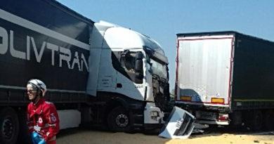 Tamponamento tra tre mezzi pesanti in A4, autostrada chiusa per ore