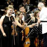 """Premio """"Etica e Morale"""" a Raffaella Manias. La consegna al Teatro Verdi in occasione del concerto di apertura"""
