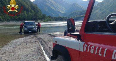 Jeep si immerge nel lago di Tramonti per vedere ruderi sommersi: recuperata dai pompieri