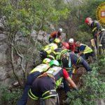 Cade per 30 metri su un sentiero scosceso in costiera, salvato in extremis dal Soccorso Alpino