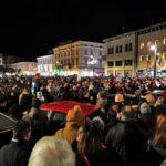 """Manifestazione delle """"sardine"""" a Monfalcone, migliaia in piazza della Repubblica"""