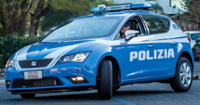 La Polizia interviene per musica a volume eccessivo, una donna prende a bottigliate gli agenti