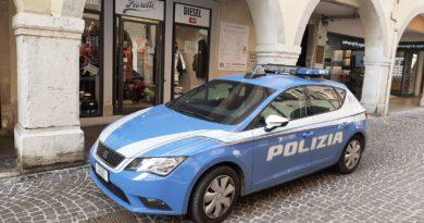 Rubano vestiti di marca per 60mila euro ma la Polizia li intercetta. Recuperata la refurtiva