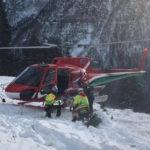 Bimbo di 10 anni cade dagli sci e si sente male, soccorso con l'elicottero a Sella Nevea