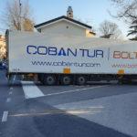 TIR turco si incastra fra le case di Visogliano. Disincagliato dai Vigili del Fuoco e multato dalla Polizia
