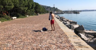 Fa il bagno nella riviera di Barcola deserta, multato un ragazzo di 23 anni