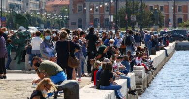 Le Frecce Tricolori a Trieste ma con un'ora di anticipo: delusi i cittadini accorsi in piazza Unità. Le foto