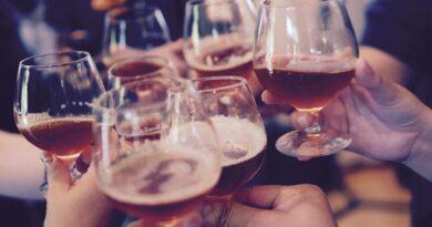 Prime uscite con gli amici: tutti al bar venerdì sera, ma la Polizia vigila sugli assembramenti