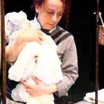 """Laura Curino interpreta tutte le protagoniste di """"Scintille"""" in una virtuosistica prova d'attrice al Rossetti"""