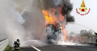 Tamponamento tra mezzi pesanti in A4 e incendio, grossi disagi per il traffico