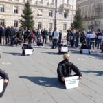 La protesta dei pubblici esercizi contro il mini lockdown: tovaglie in piazza e piatti capovolti