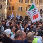Degenera in scontri la protesta di commercianti e ristoratori per chiedere le riaperture