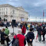 """Oltre un migliaio in Piazza Unità a Trieste per il """"No Paura Day""""."""