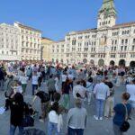 """In piazza Unità centinaia di persone per ascoltare medici e giornalisti """"non allineati""""."""