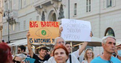 I contrari a Green Pass e vaccino anti-Covid, a Trieste la protesta: le foto