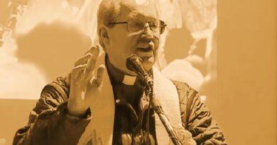 Il video: Don Floriano Pellegrini benedice la piazza di Trieste