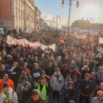 Grosso corteo a Trieste del movimento No Green Pass. Portuali: non tollerati violenti. Le foto