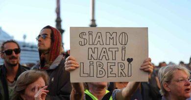 Sgomberato il varco 4 del Porto di Trieste. I manifestanti No Green pass si riversano in centro. Nuovi tafferugli. Le foto