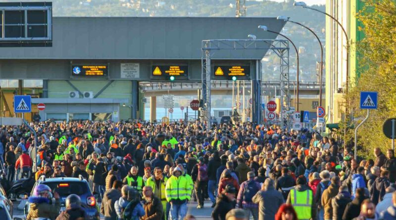 Prima sì poi no, smentito il rientro al lavoro dei portuali di Trieste no Green pass. Foto e video