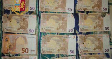 Riciclaggio di denaro sporco alle biglietterie automatiche della stazione: indagato un uomo